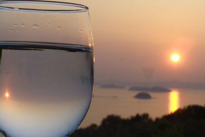 三百山の夕景とワイングラス