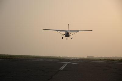 プロペラ機着陸