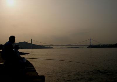 瀬戸大橋と釣り人