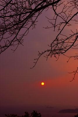 霞だ三百山の夕日